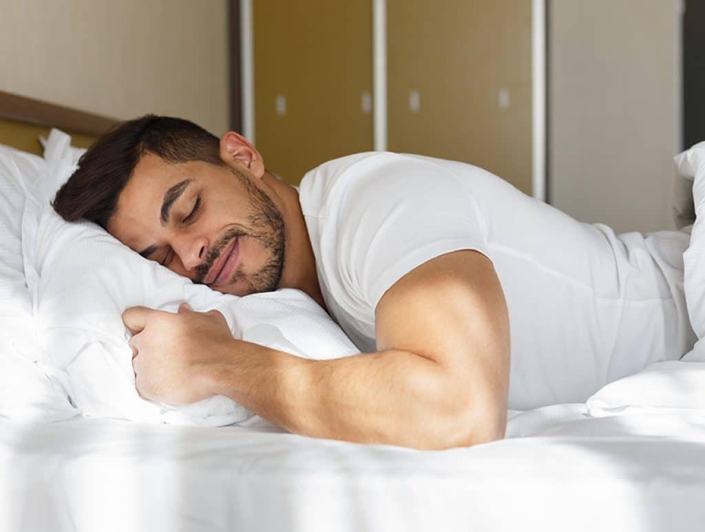 Homme qui dort bien grâce au CBD